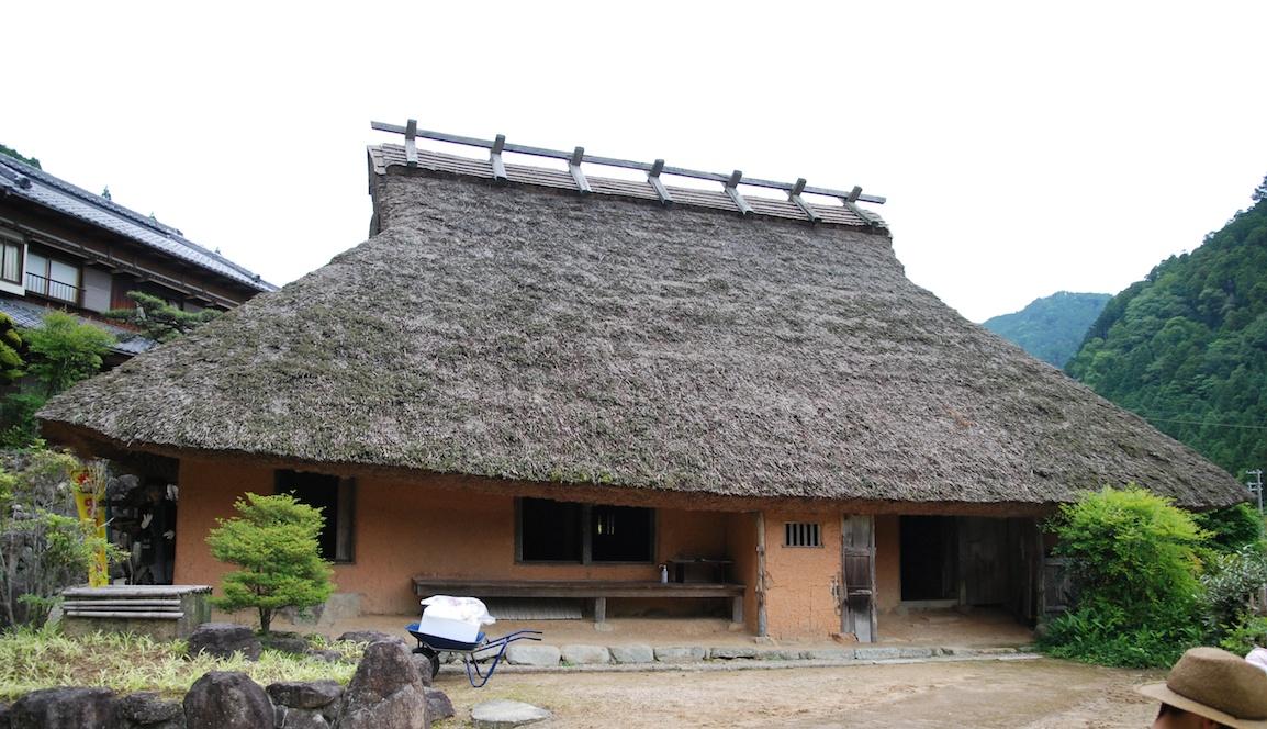 architecture maison traditionnelle japonaise a la campagne au japon. Black Bedroom Furniture Sets. Home Design Ideas