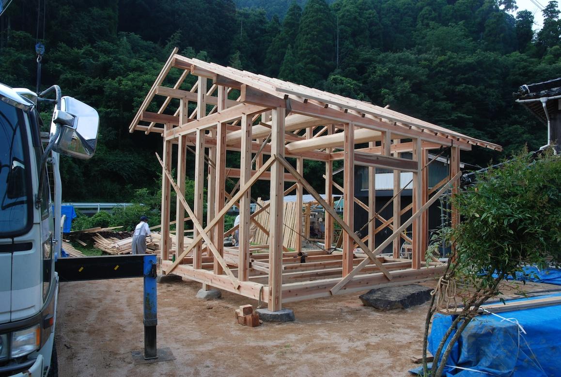 construction d une maison au japon la campagne au japon. Black Bedroom Furniture Sets. Home Design Ideas