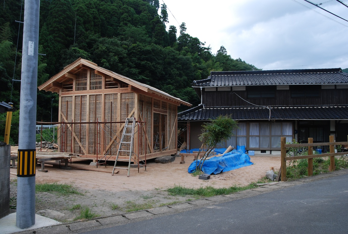 construction d une maison au japon a la campagne au japon. Black Bedroom Furniture Sets. Home Design Ideas
