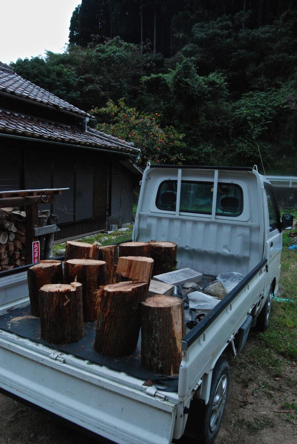 le camion chargé du bois de la montagne