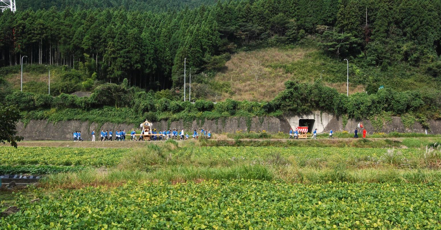 procession shinto, mikoshi promené dans la campagne