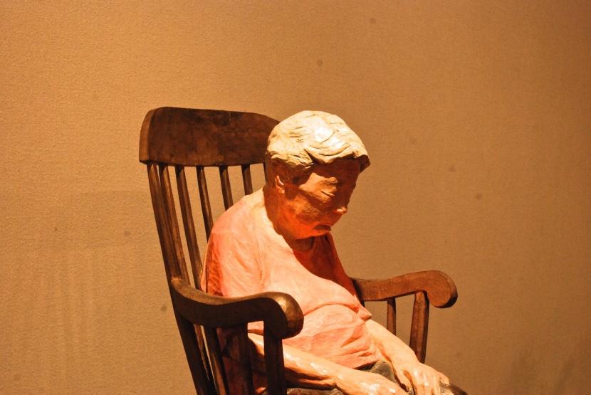une vieille dame sommeille