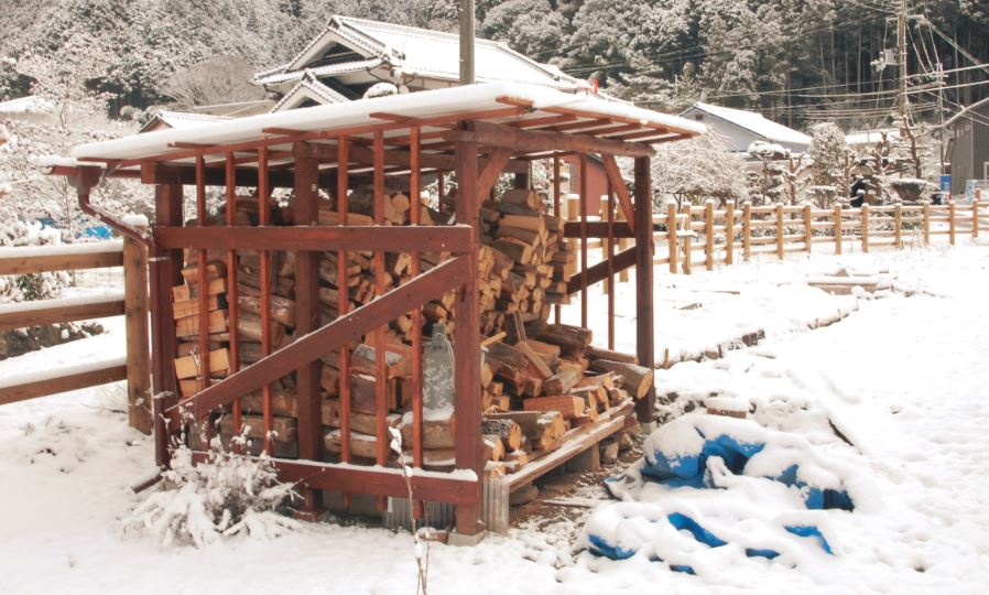 Abri bois de chauffage excellent cabanon de jardin bois - Idees de range buche portes panier abris bois de chauffage ...