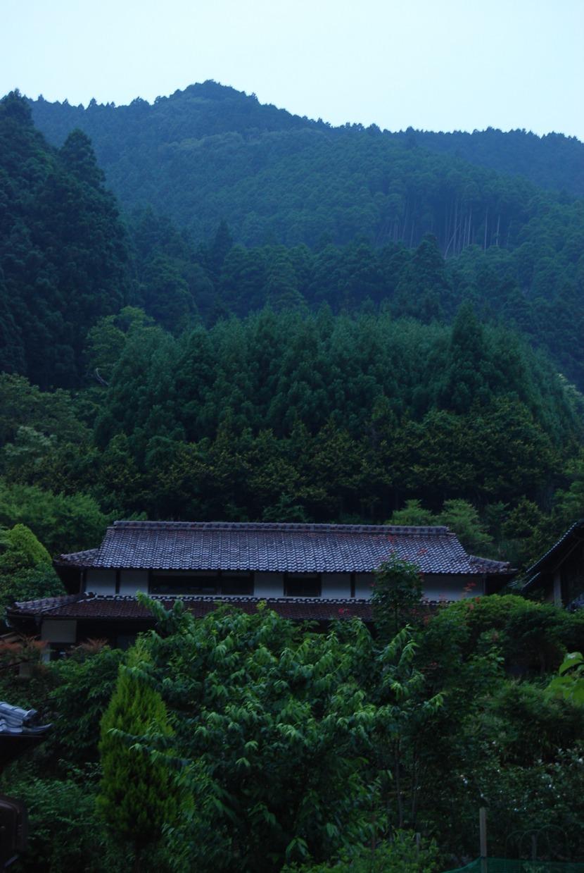 la maison se fond dans la montagne