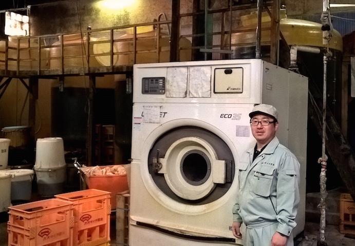 machine à laver géante dans la fabrique de sauce de soja